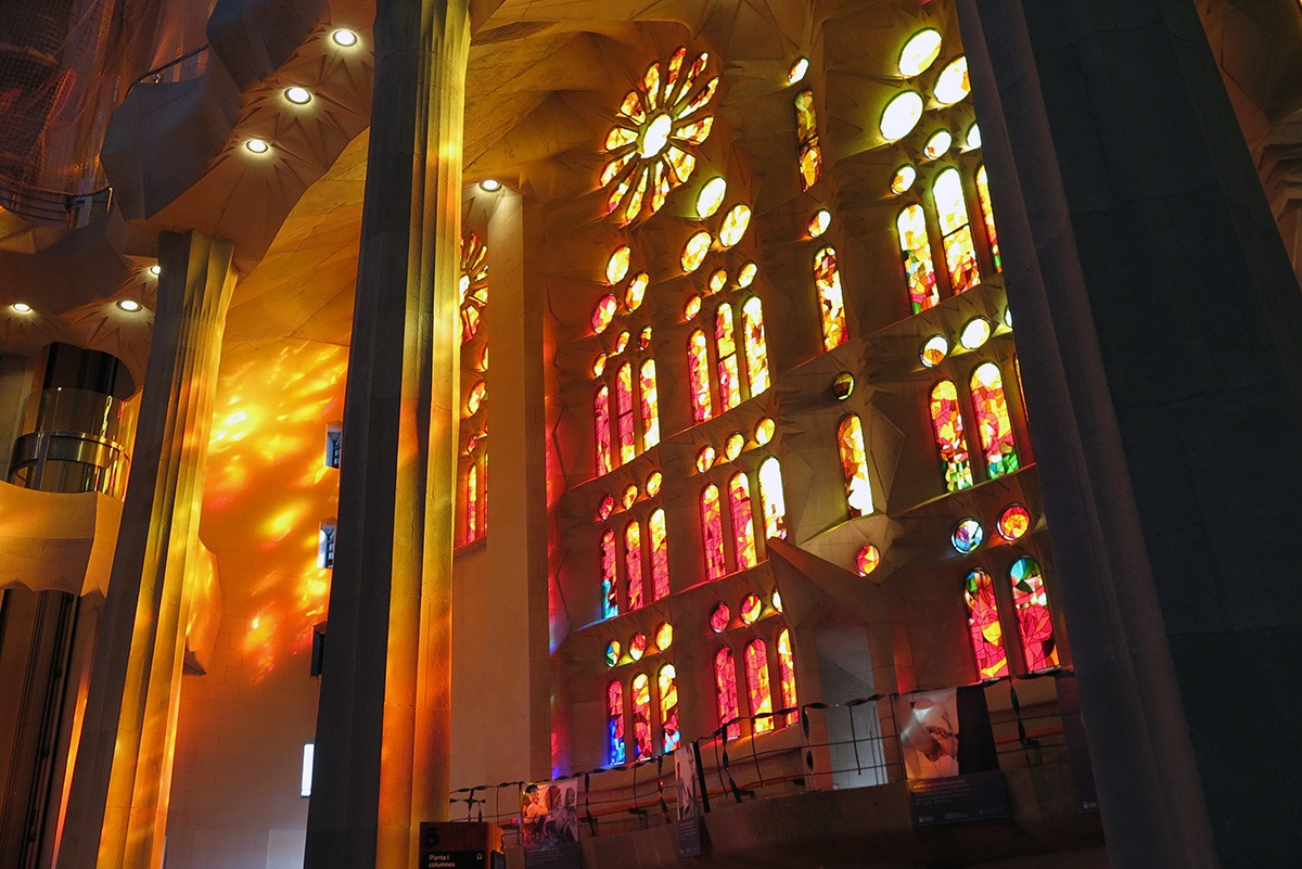 Gaud s barcelona sagrada fam lia casa batll for Pictures inside