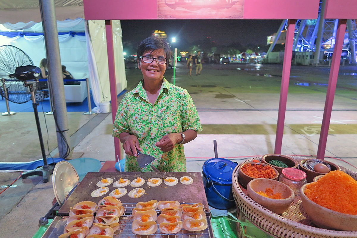 Sweet tacos in Thai style and a sweet lady serving them :) - street food in Bangkok