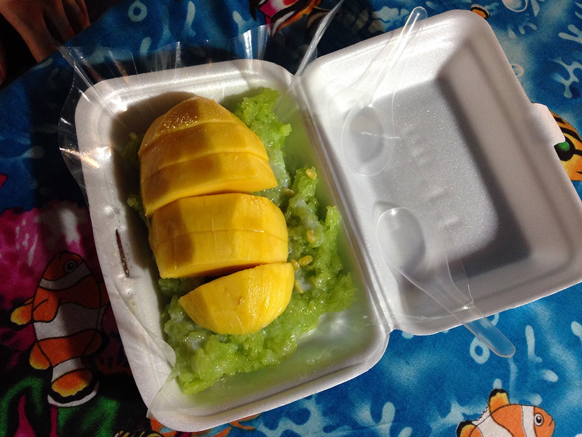 My sweet star: sticky rice with mango! This rice is even colored! - street food in Bangkok