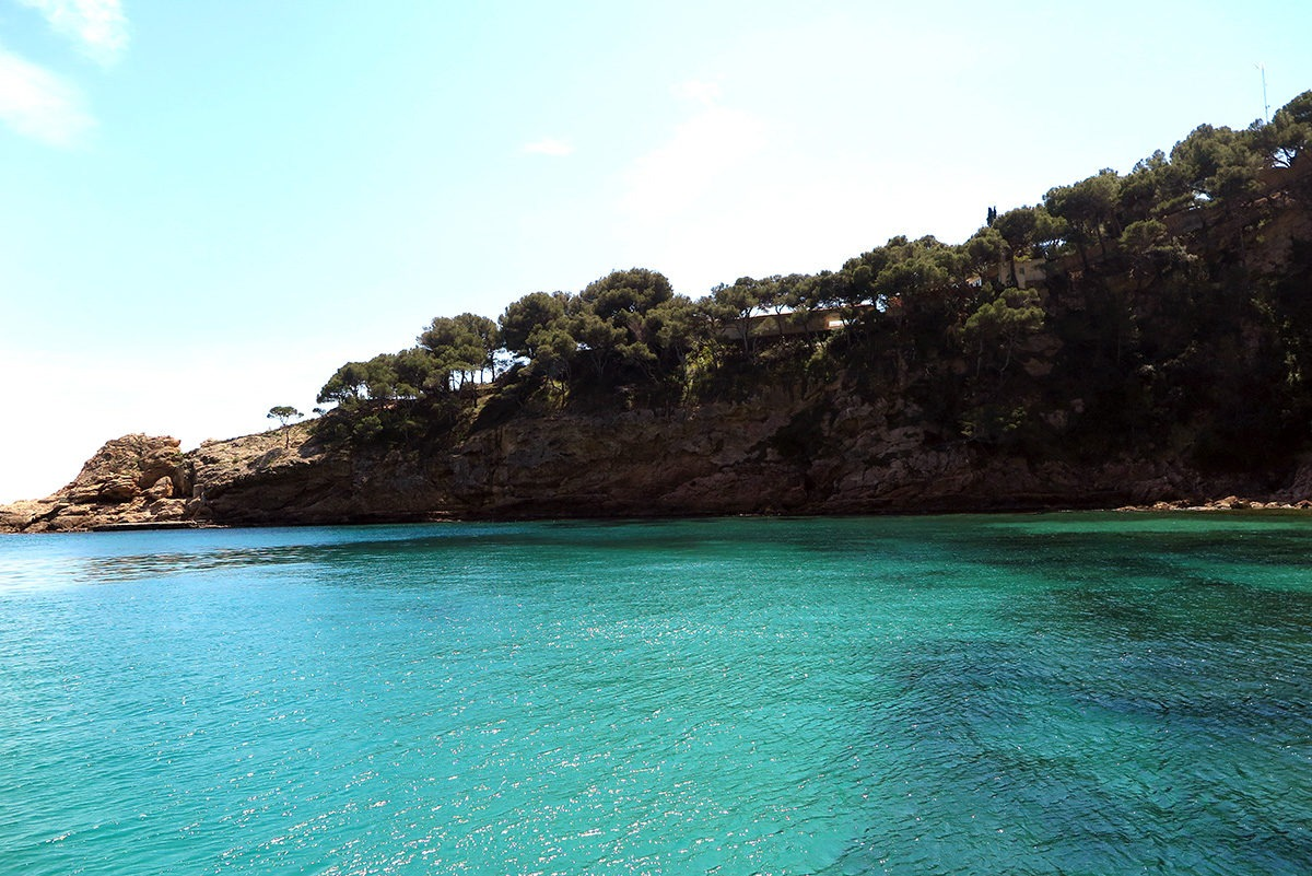 Just a few kilometres away, turquoise water in a bay near Lloret (as seen from the catamaran!)