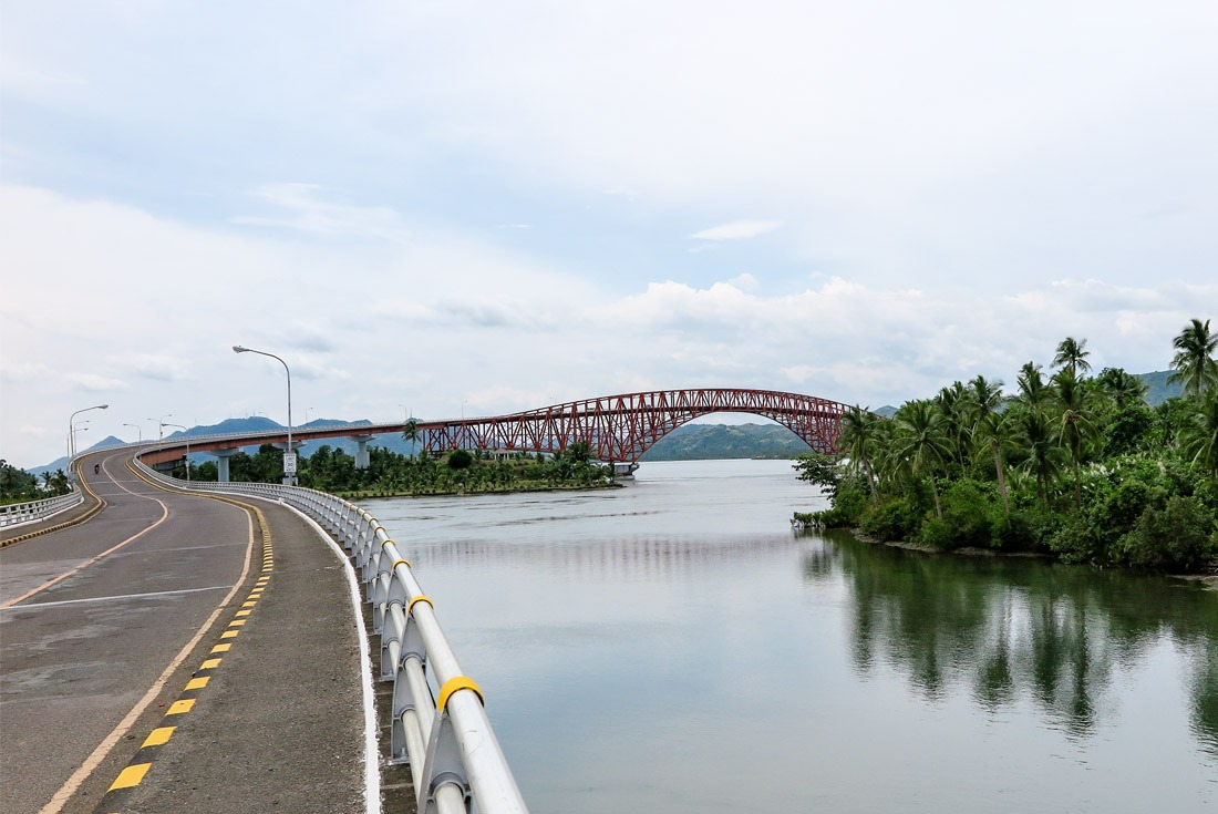 The S curve of the long San Juanico Bridge www.travelgeekery.com