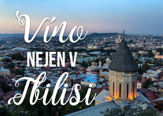 """Pohled na Tbilisi s textem """"Víno nejen v Tbilisi"""""""