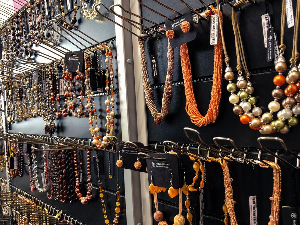 Náhrdelníky prodávané v Palace Plus Jablonec nad Nisou