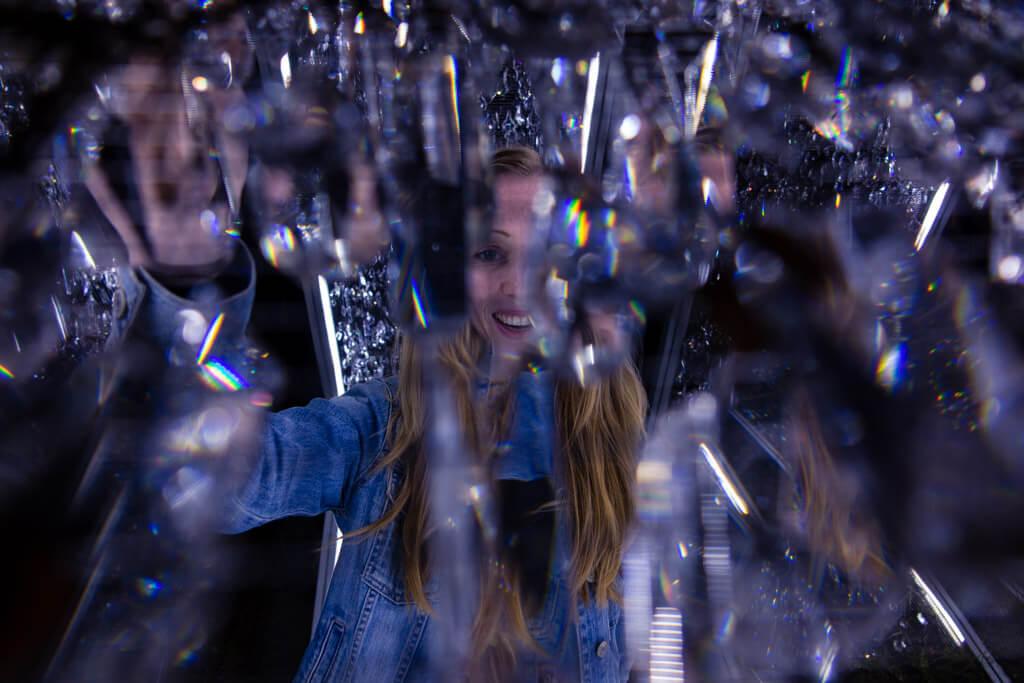 Světelná instalace ze skleněných krystalů u Pivovaru Volt.