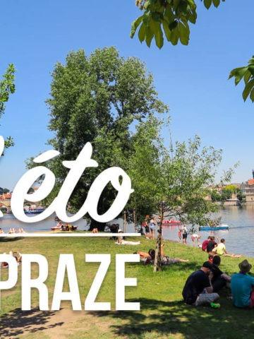 Pohled na lidi relaxující na pražském ostrově s textem