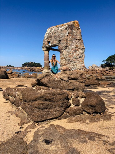 Veronika posing in the Saint-Guirec Oratory