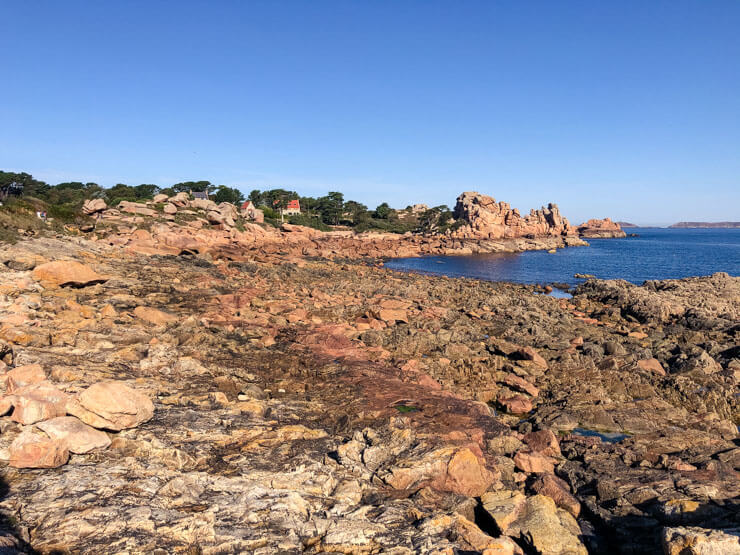 Rocks of all colors on the Pink Granite Coast